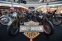 V brněnském nákupním centru Vaňkovka je k vidění více než čtyřicítka motorek značky Harley-Davidson.