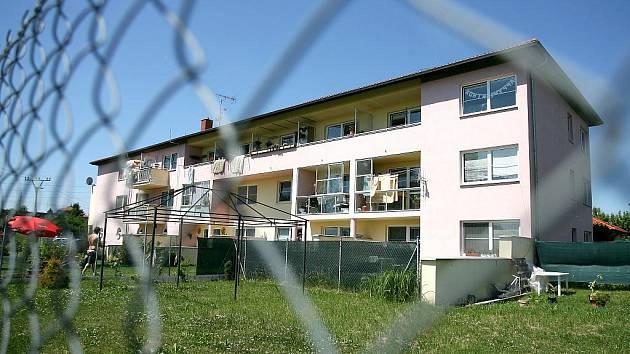 Bytový dům v Bosonohách získal ocenění Bytový dům roku 2004. Kvůli špatně použitým materiálům však vlhne, opadává z něj omítka a ve zdech se objevují praskliny. Tamní radnice tak žaluje firmu, která ho postavila.