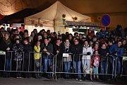 Křik dětí, řinčení zvonců a chlupaté postavy s hrozivými maskami a rohy. Židlochovicemi na Brněnsku se v sobotu večer proháněla osmdesátka rakouských čertů, takzvaných krampusů.