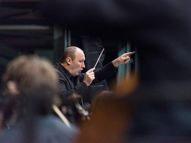 Dirigent Stanislav Vavřínek.