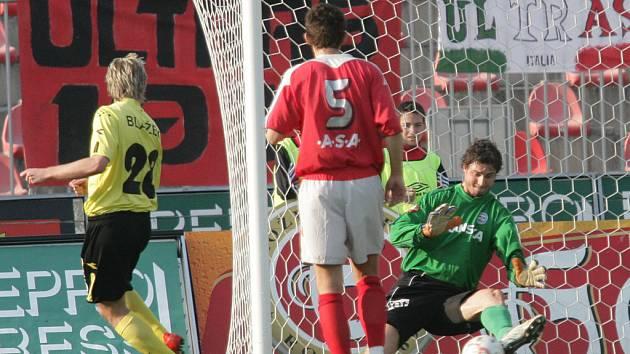 Brankář 1. FC Brno měl autonehodu, vyvázl z ní zázračně jen s pohmožděným krkem