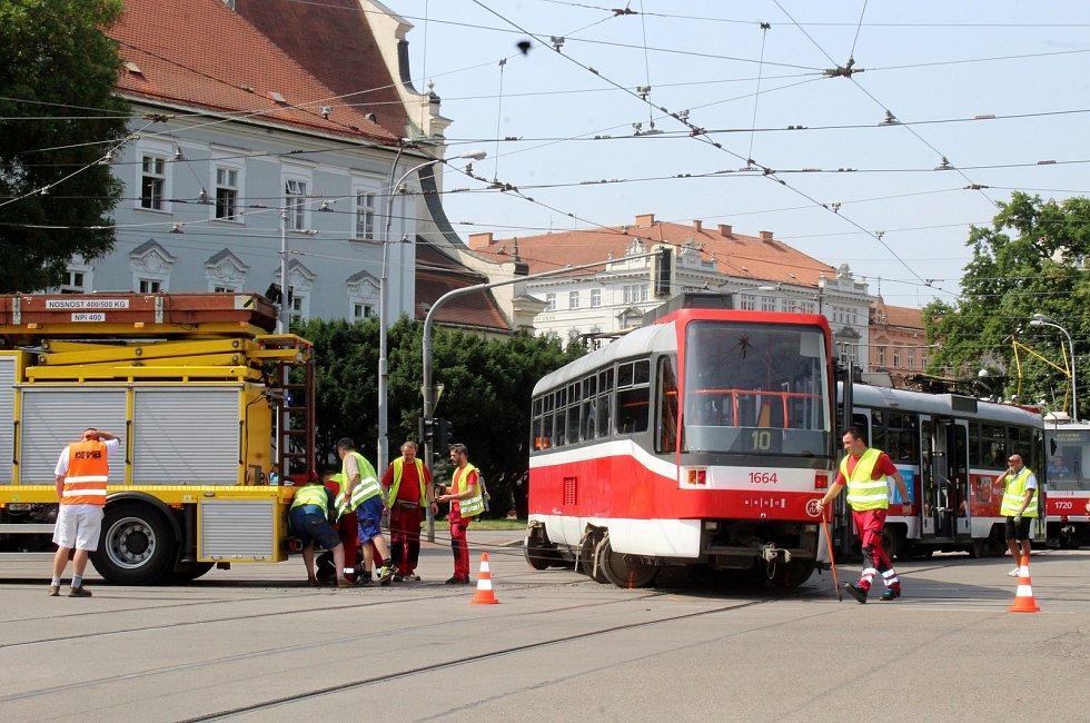 Vykolejená tramvaj zdržela Brňany.