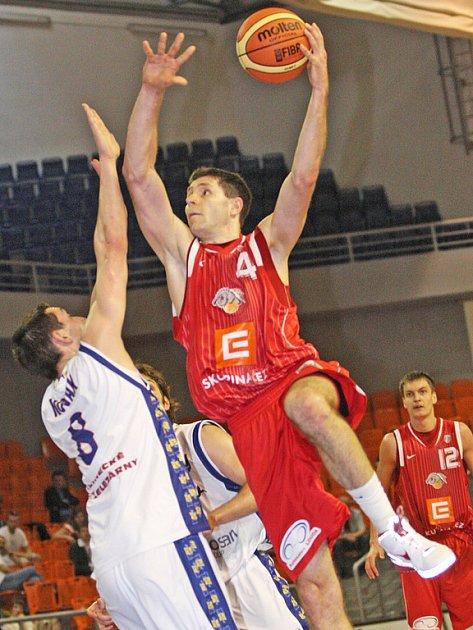Bývalý brněnský hráč Petr Benda (v červeném) je dnes jedním z tahounů Nymburka.