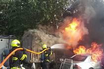 Odpad i staré auto v brněnské lokalitě Trnitá zachvátily v neděli odpoledne plameny.