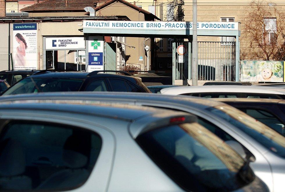 Pokut za špatné parkování v okolí porodnice u Obilního trhu v centru Brna přibývá. Město chce v Údolní ulici zavést krátkodobé placené parkování.
