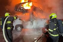 Se čtyřmi hořícími auty zápolili hasiči v brněnském Žebětíne v sobotu krátce před pátou ráno.