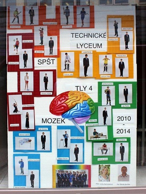 Tablu čtvrtého ročníku oboru Technické lyceum ze Střední průmyslové školy Třebíč vévodí barevný mozek. Kolem něj jsou studenti v sakách i jako fotbalisté, kytaristé či lukostřelkyně.