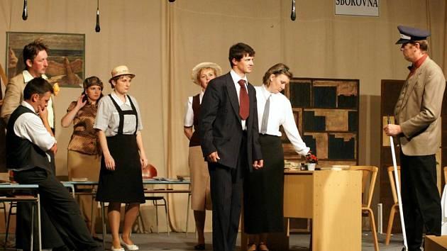 Šardičtí ochotníci uvádějí hlavně pohádky pro děti a zhudebněné klasické komedie (Študáci a kantoři, foto vpravo).