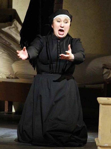 NA JEVIŠTI.  Jako Kostelnička vede Eva Urbanová obecenstvo od nenávisti moralizující ženy až k jejímu politování.