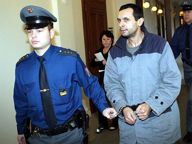 Eskorta odvádí Vlastimila Chimaľa do vězení.