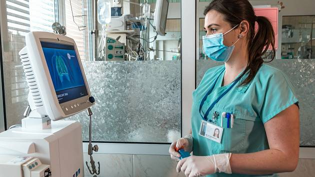Zdravotní sestry jsou nedílnou součáští péče o pacienty, nejen s koronavirem. Kvůli hlídání dětí teď některé z nich musely zůstat doma.