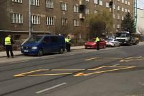 Najít si jiné místo na parkování by nejspíš měli řidiči, kteří běžně parkují svá auta mezi Jugoslávskou ulicí a brněnskou Dětskou nemocnicí. Strážníci totiž v pátek začali auta v obou směrech odtahovat.