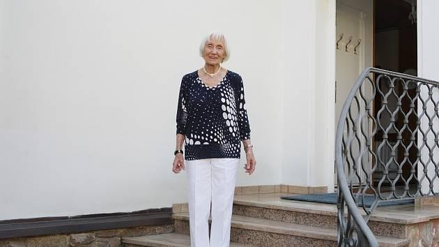 Při pohledu na ni vás po chvíli napadne, že kouzelné babičky neexistují jen v pohádkách.