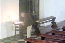 Neznámý pachatel kradl v kostele v centru Brna. Svědkové ho většinou jen okřikli a nenahlásili případ na policii. Zlom nastal až ve chvíli, kdy fyzicky napadl ženu, která ho napomenula.