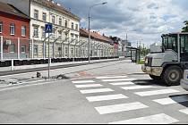 Dělníci pokročili při projektu Tramvaj Plotní. Přibyly přechody pro chodce.