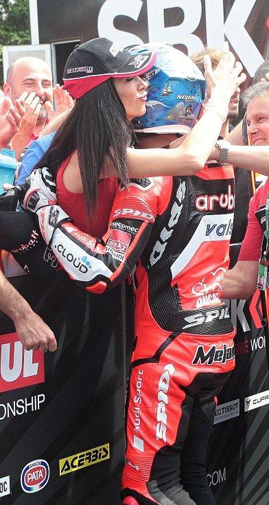 Na snímku Marco Melandri v objetí.
