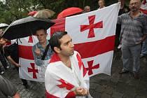 Mladí Gruzínci, kteří pracují a studují v Brně a jejich příznivci a přátelé demonstrovali v pátek navečer před ruským konzulátem v ulici Hlinky.