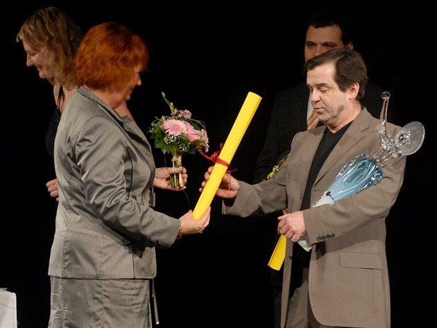 Erik Pardus přijímá gratulace.