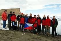 Fotografie členů letošní expedice (bez 6 geologů), kteří se připojí krátce po polovině ledna).