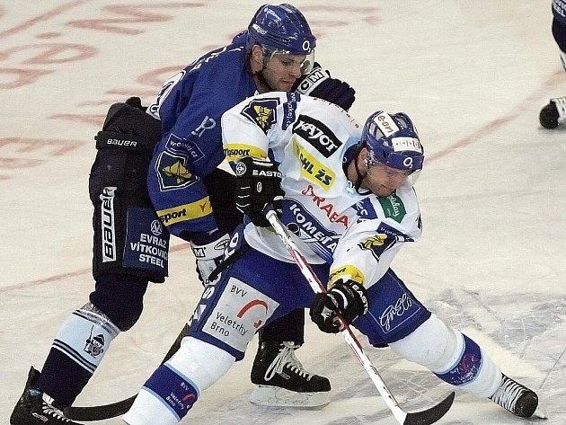 Vítkovický hokejový útočník Petr Hubáček v souboji s Romanem Eratem z Komety Brno.