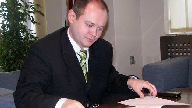 Jihomoravský hejtman Michal Hašek podepisuje notářský zápis.