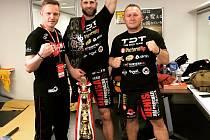 Bojovník z brněnského Jetsaam Gymu slaví MMA titul v japonské organizaci Rizin FF se svými trenéry Martinem Karaivanovem a Jaroslavem Hovězákem.