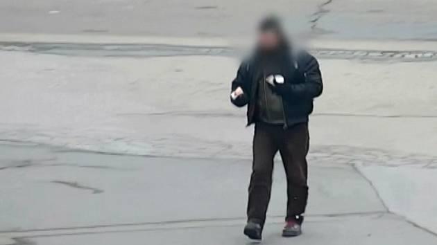 Kvůli tašce s nákupem a několika jogurty naháněl v podchodu u hlavního nádraží jeden muž druhého. Poté jej zbil, tašku mu vzal a utekl.