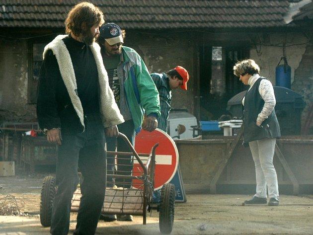 Ukradené kanálové mříže se zloději snaží prodat ve sběrnách. Ilustrační foto.