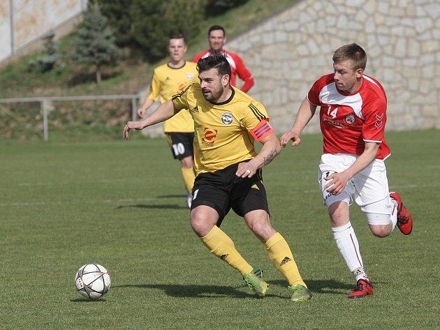 Udržel nervy a dvakrát se z pokutového puntíku nemýlil. Kapitán divizních Rosic Petr Malata přispěl k první jarní výhře svého týmu. I díky jeho dvěma gólům porazily Rosice v domácím duelu Uherský Brod 3:0.