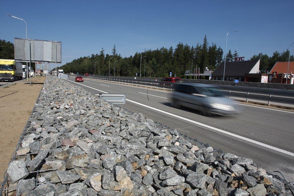 Bez střihání pásky, jen zvednutí dopravního kuželu. Tak ve čtvrtek vypadalo zprovoznění sedmého zmodernizovaného úseku dálnice D1 u Devíti křížů na pomezí Jihomoravského kraje a Vysočiny.
