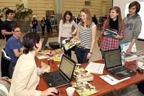 U stánku Brněnského deníku Rovnost studenti mimo jiné zjišťovali informace o práci novináře.