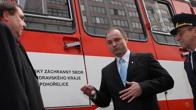 Ministr vnitra Ivan Langer předává klíčky od patnáctileté stříkačky dobrovolným hasičům.
