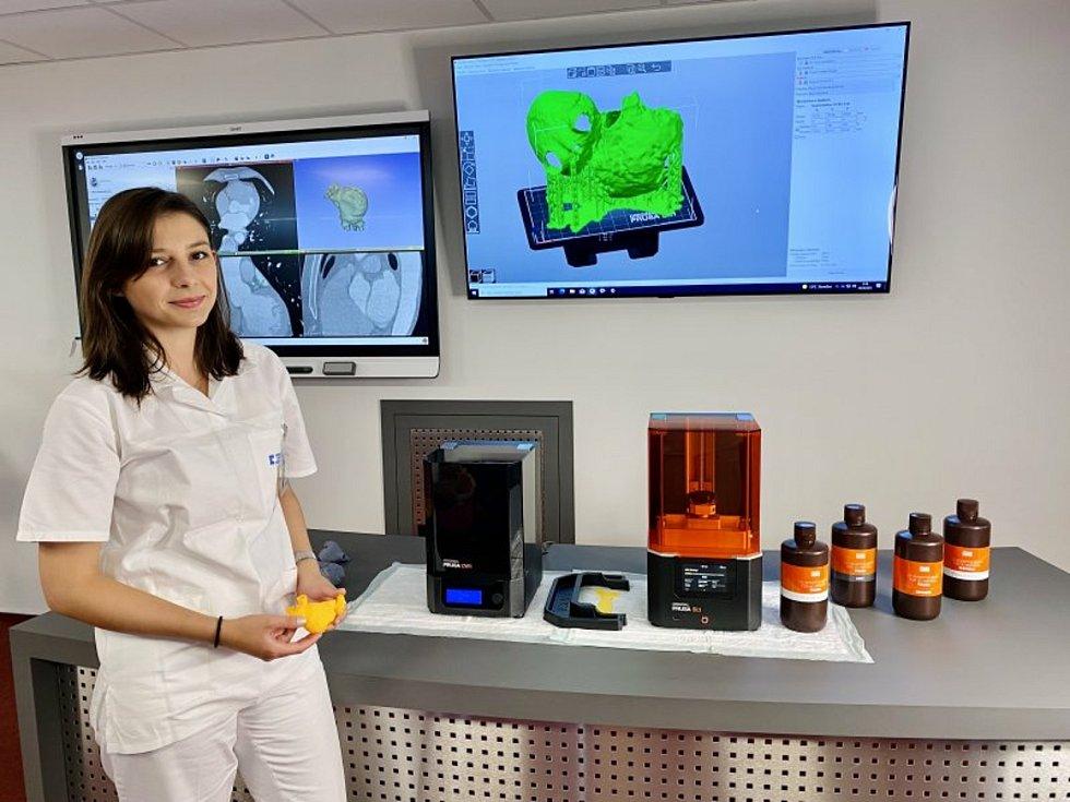 Ve Fakultní nemocnici Brno jsou nově schopni na 3D tiskárně vytisknout dokonalý model takového srdce a rozhodnout o nejvhodnějším postupu při operaci.