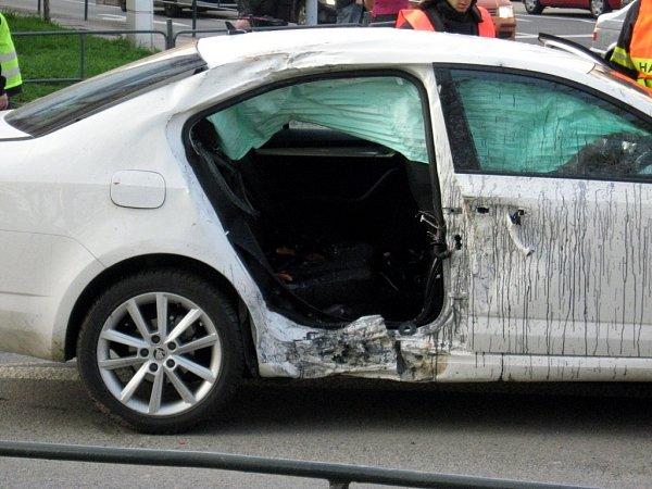Motorka narazila do pravých zadních dveří osobního automobilu. Motorkář nehodu nepřežil.