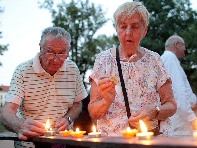 Výročí svržení atomové bomby na Hirošimu si připomněli lidé v lužáneckém parku v Brně. Za oběti ve čtvrtek zapálili svíčky.