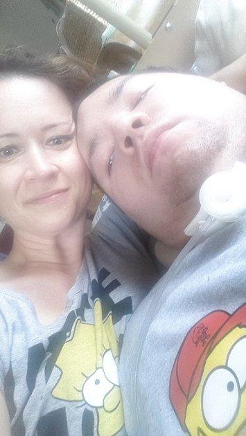Matka pečující onemocného syna už několik let bezútěšně shání pomoc. Filip Vrzal napojený na přístroje bez dohledu nevydrží více než pět minut.
