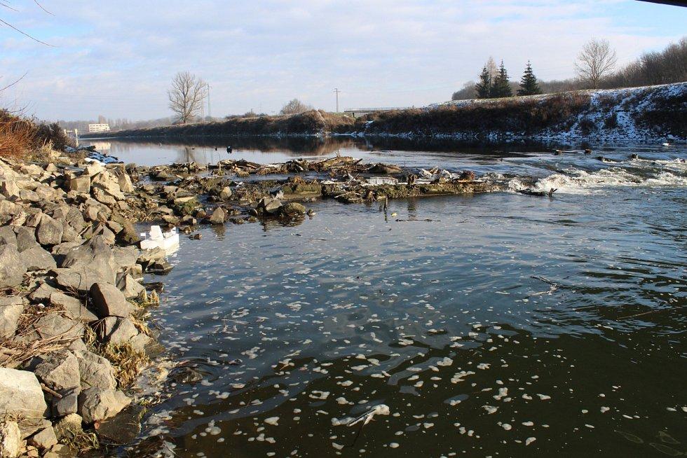 V pátek osmého ledna se výška hladiny řeky Moravy v měřicí stanici Strážnice pohybovala jen něco málo přes metr. Průtok vody dokonce spadl až na třináct a půl kubíku za sekundu.