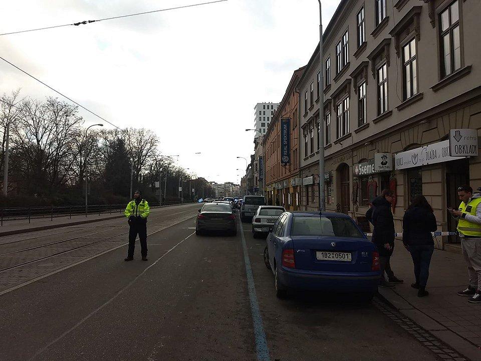 Lidická ulice je uzavřena. Policie pátrá po člověku se zbraní.