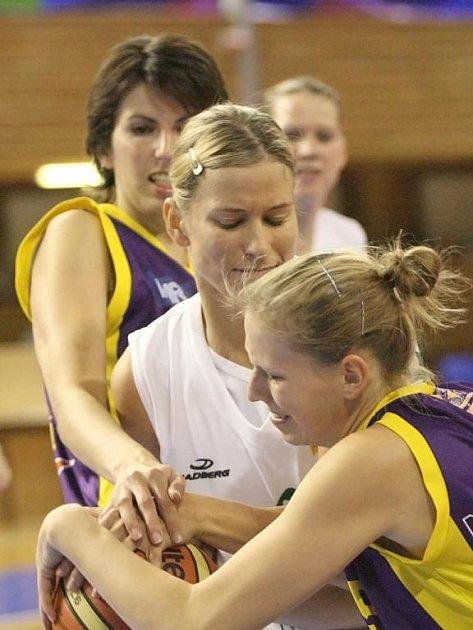 Basketbalistka Ivana Večeřová (uprostřed).