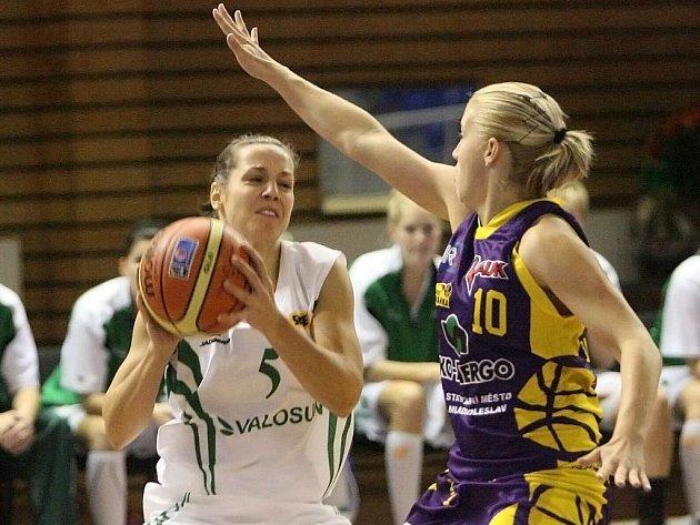 Basketbalistka Veronika Vlková (s míčem) mění dres. Z Králova Pole se stěhuje do brněnských Žabovřesk.