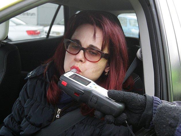 Nealkoholické pivo a reflexní pásku dostali ve čtvrtek dopoledne za odměnu řidiči, kteří bez problémů prošli silniční kontrolou. Preventivní akce s názvem Řídím, piju nealko pivo, se konala po celé republice.