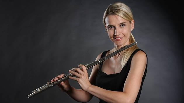 Profesionální flétnistka Hana Budišová Colombo žije už přes dvacet let v Itálii. Nedaleko Bergama v Lombardii, která patří k nejvíce zasaženým oblastem epidemií koronaviru v Evropě. Denně tam umírají stovky lidí. Hudebnice tuto tragédii, stejně jako tamní