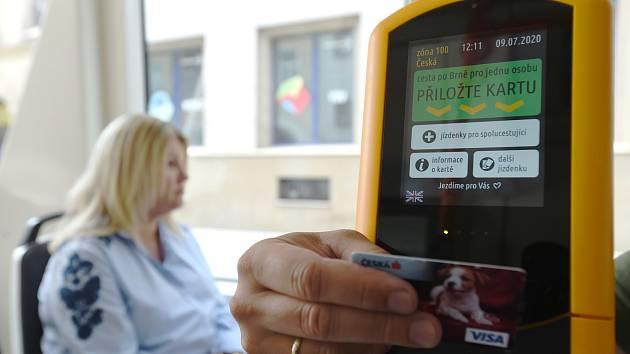 Platba kartou v brněnské hromadné dopravě: zjednodušení, ale i zlobící terminály