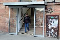 LIdé mohou po dlouhé době využívat průchod z podchodu na brněnském hlavním nádraží k obchodnímu domu Tesco.