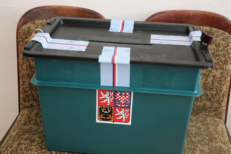 Volební místnosti se otevřely.