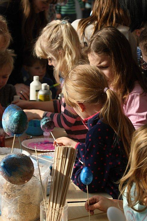 Děti zdobily galaktická velikonoční vajíčka na brněnské hvězdárně.