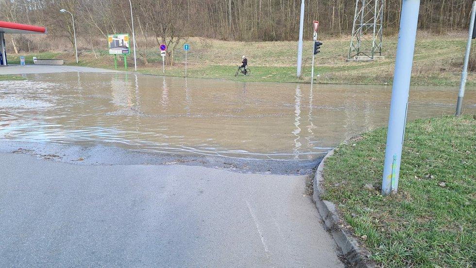 Havárie vody v Bystrcké ulici v Brně ve čtvrtek večer opět zastavila tramvajovou dopravu.