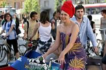 Centrem Brna projel peloton cyklistů v pyžamu.