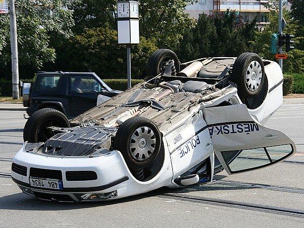 Náraz byl tak silný, že otočil policejní auto na střechu.