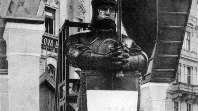 Dřevěná socha rytíře stála na náměstí Svobody.